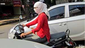 स्कार्फ पहनी युवती