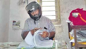 हेलमेट पहन दफ्तर में काम.